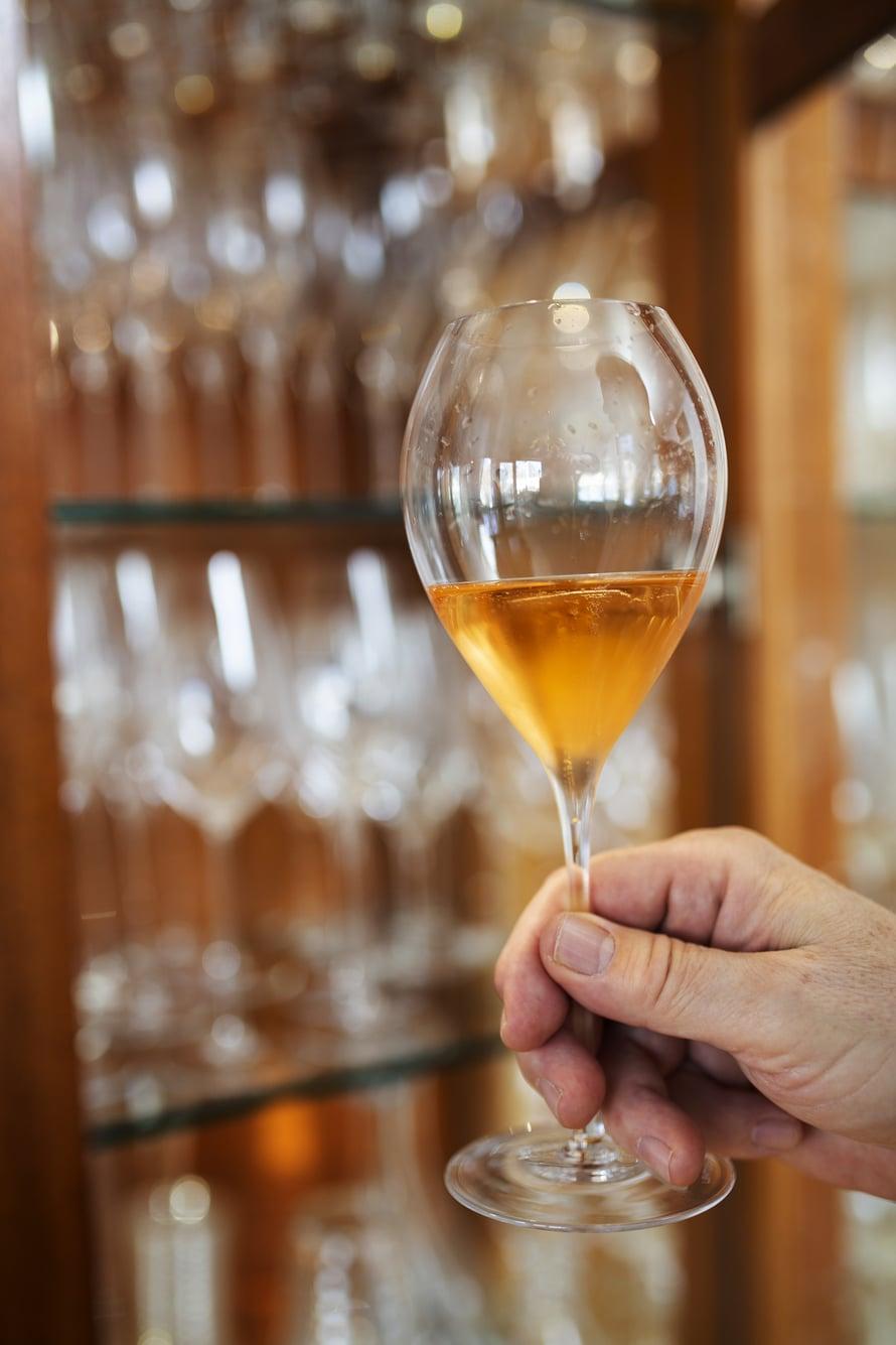 Vitriinissä on noin 800 viinilasia. Eri rypäleille on omansa, jopa jonkun tietyn kylän viinillekin.