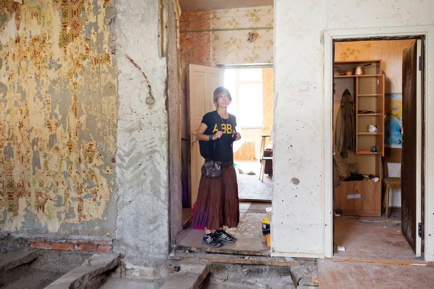 Viipurilainen englannin opettaja Galina Shevtsova, 28, osti miehensä kanssa asunnon vanhasta kaupungista meren rannalta. Se on Uno Ulbergin suunnittelema 1930-luvulla. Galina kertoo, että heillä on viiden vuoden suunnitelma remontoida huone kerrallaan. Ikkunat on jo vaihdettu.