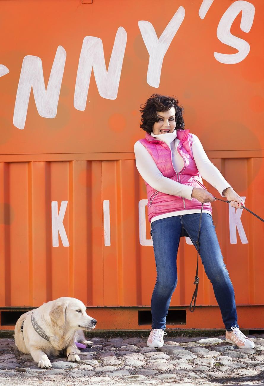 Paula rakastaa koiria. Kuvassa puistokaveri Saimi.