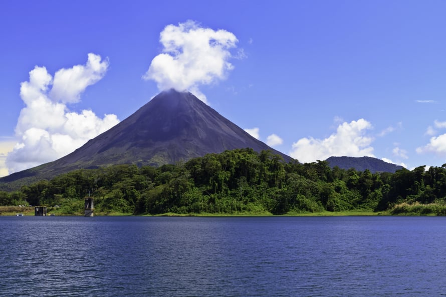 Arenal-järveltä voi ihailla aktiivista tulivuorta.