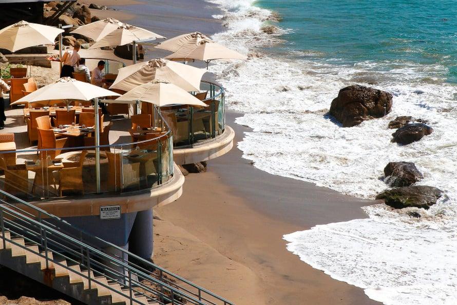 Tyynenmeren aallot pyyhkivät Malibu Beach Inn -hotellin rantaa.