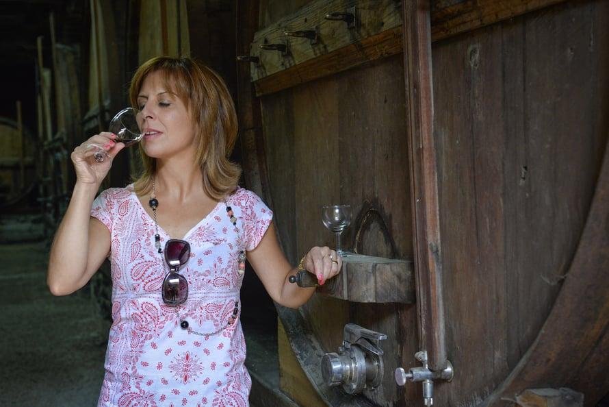 Margarida Silvestre näyttää, miten viinistä nautitaa portugalilaisittain.