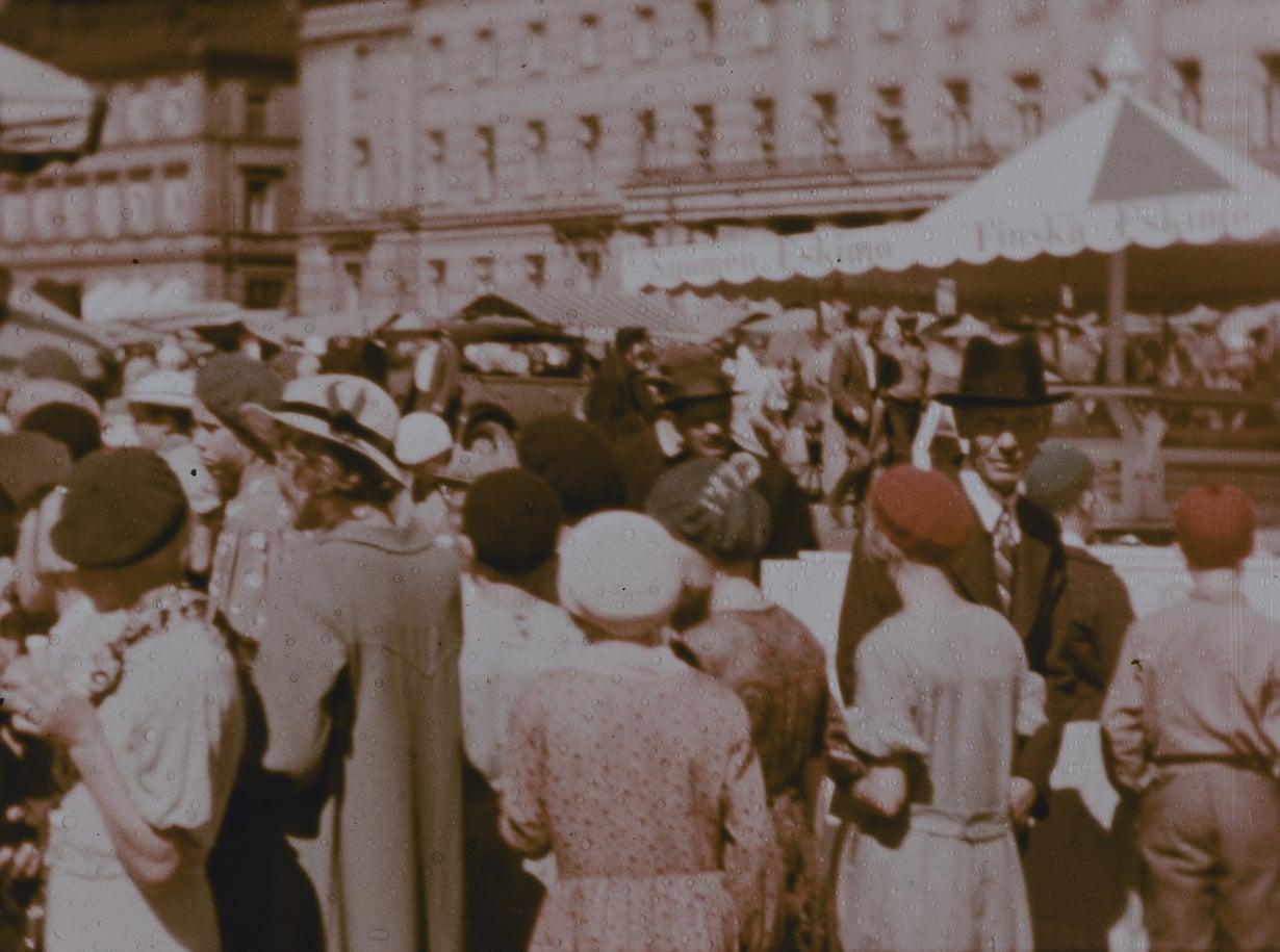 Kalakauppaa Helsingin Kauppatorilla vuonna 1936. Stillkuva filmistä Helsingfors, Finland 1936 / Museoviraston Kuvakokoelmat