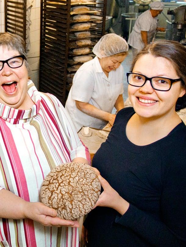 Kaija Marin (vas.) ja hänen tyttärensä Kaisa kajaanilaisessa leipomossa, joka on ollut perheomistuksessa vuodesta 1913 lähtien.