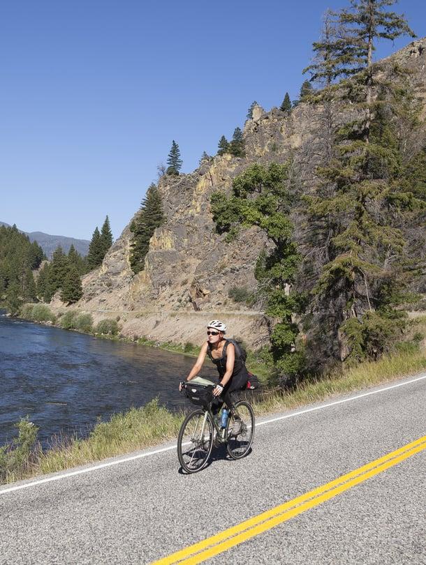 Kaisa Leka polkee Sawtooth National Forestin läpi kulkevalla maantiellä Idahossa. Joki on Salmon River.