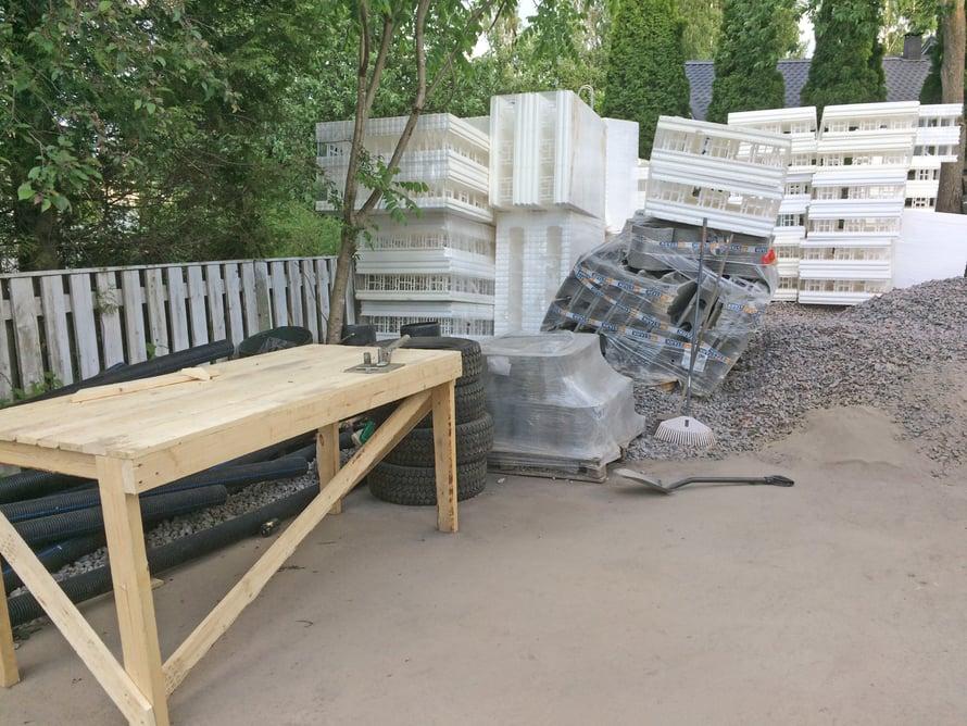 Rakennusporukka teki ensitöikseen tämän työpöydän, jonka päällä aletaan vääntää antura- ja laattavalussa tarvittavia kiinnityshakasia.