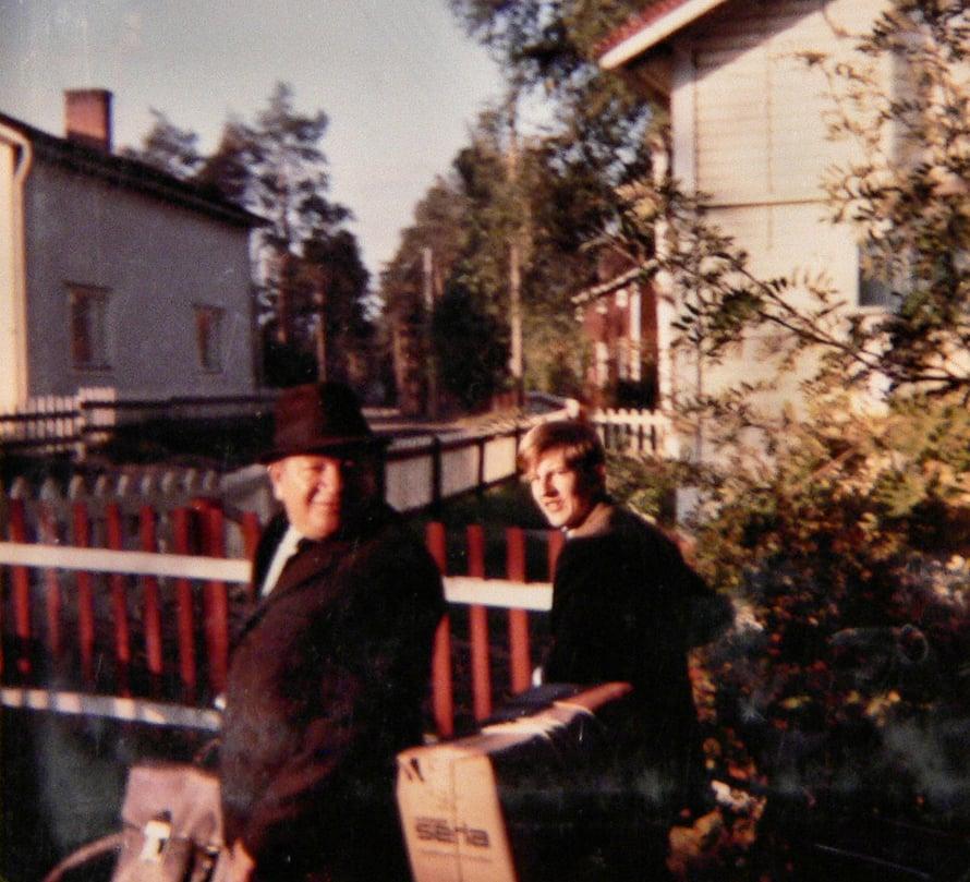 Isä töihin ja minä kouluun lähdössä 1960-luvun lopulla.