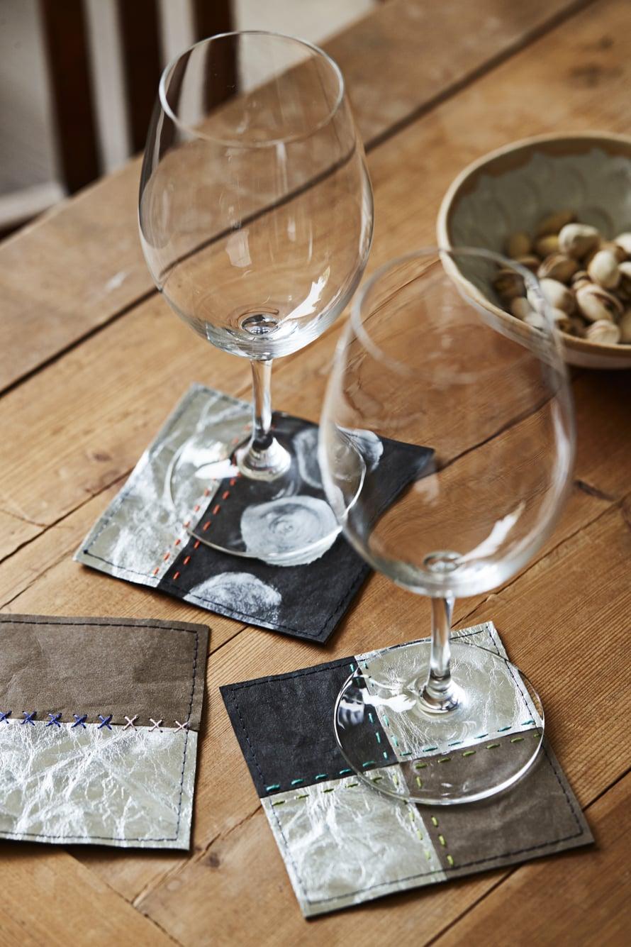 Nahkapaperinjämäpalat voi käyttää lasinalusiin.