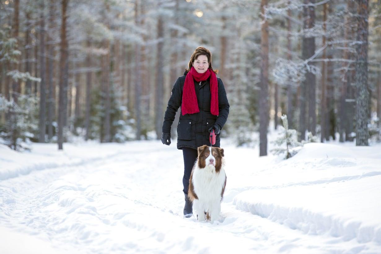 Virpi Kaarlela-Haapalehto kirkastaa nyt ajatuksiaan kävelylenkeillä koiran kanssa. Veneily ja mökkeily liittyivät elämään Jorman kanssa.