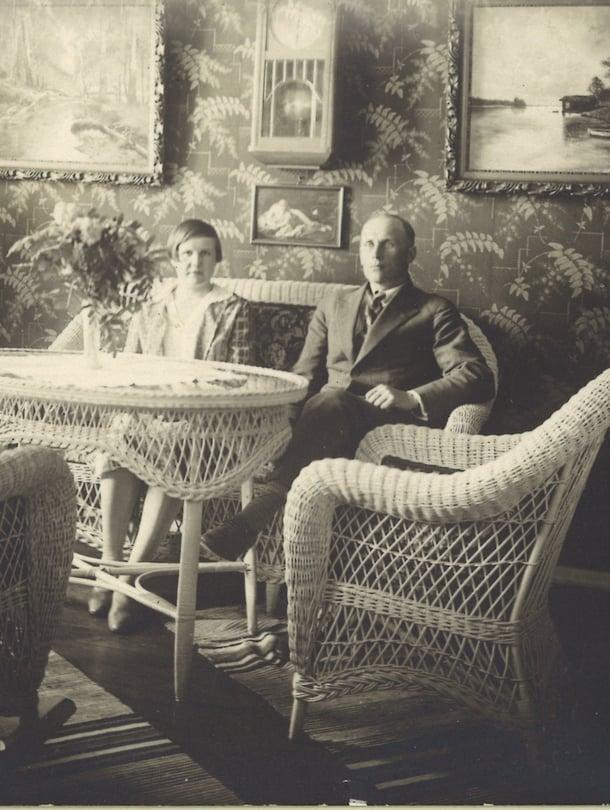 Mummin ja vaarin vuonna 1924 häälahjaksi saama rottinkikalusto on yhä käytössä, kertoo Saija Flinkkilä.