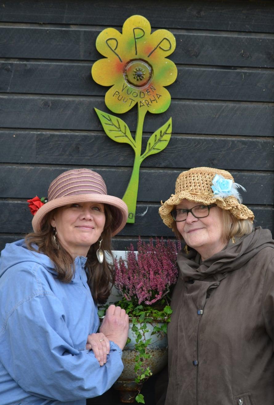 Pirkot Mäkelä (vas.) ja Mutenia perustivat oman puutarhayhdistyksen ja blogin.