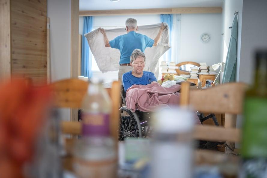 Haitarinsoiton avulla Petter hoitaa kuntoaan ja omaa muistiaan. Säkkijärven polkan sävelillä hän saa myös yhteyden vaimoonsa.