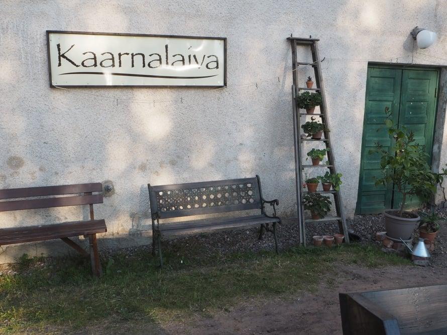 Harjansitoja Kai Heiskari myy Kaarnalaivassa käsin tehtyjä harjoja. Toinen paikka, josta hänet voi tavoittaa, on Berliini.