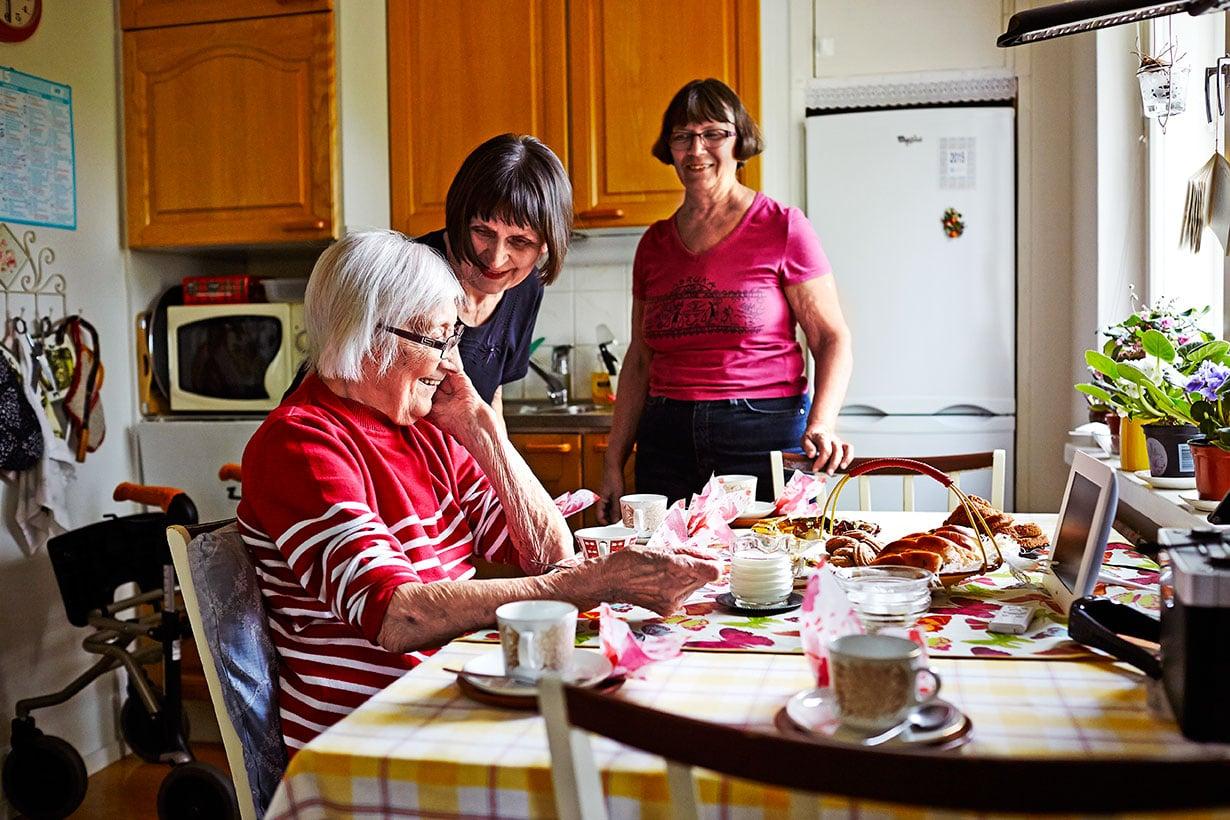 Hyvät kahvit kuuluvat itseoikeutetusti Alli Majapuron ja hänen turvarinkinsä päiväohjelmaan. Seurana miniä Irmeli ja tytär Pirkko.