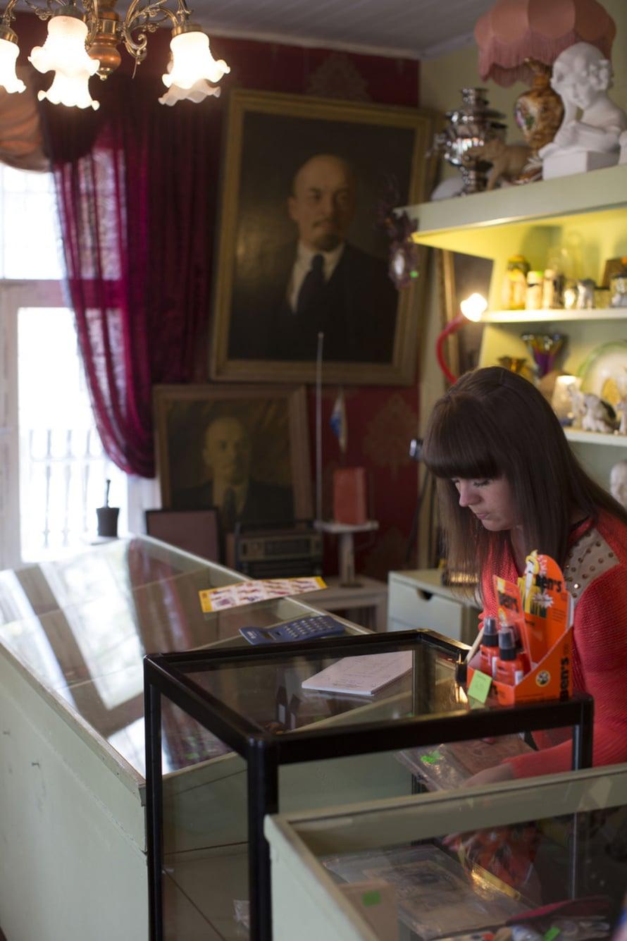 Eve Linki antikvariaat Ad Astra on kiinnostava antiikkikauppa, jossa on myös neukkukamaa, rintanappeja, Lenin-viiriä yms ja paljon halvemmalla kuin Tallinnassa.