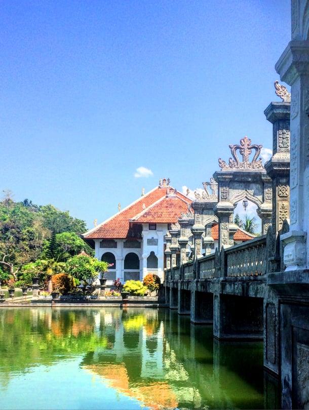 Jos kaipaat kuvankauniita maisemia ja rauhallisia kävelyhetkiä, Ujung water palace on oikea paikka.