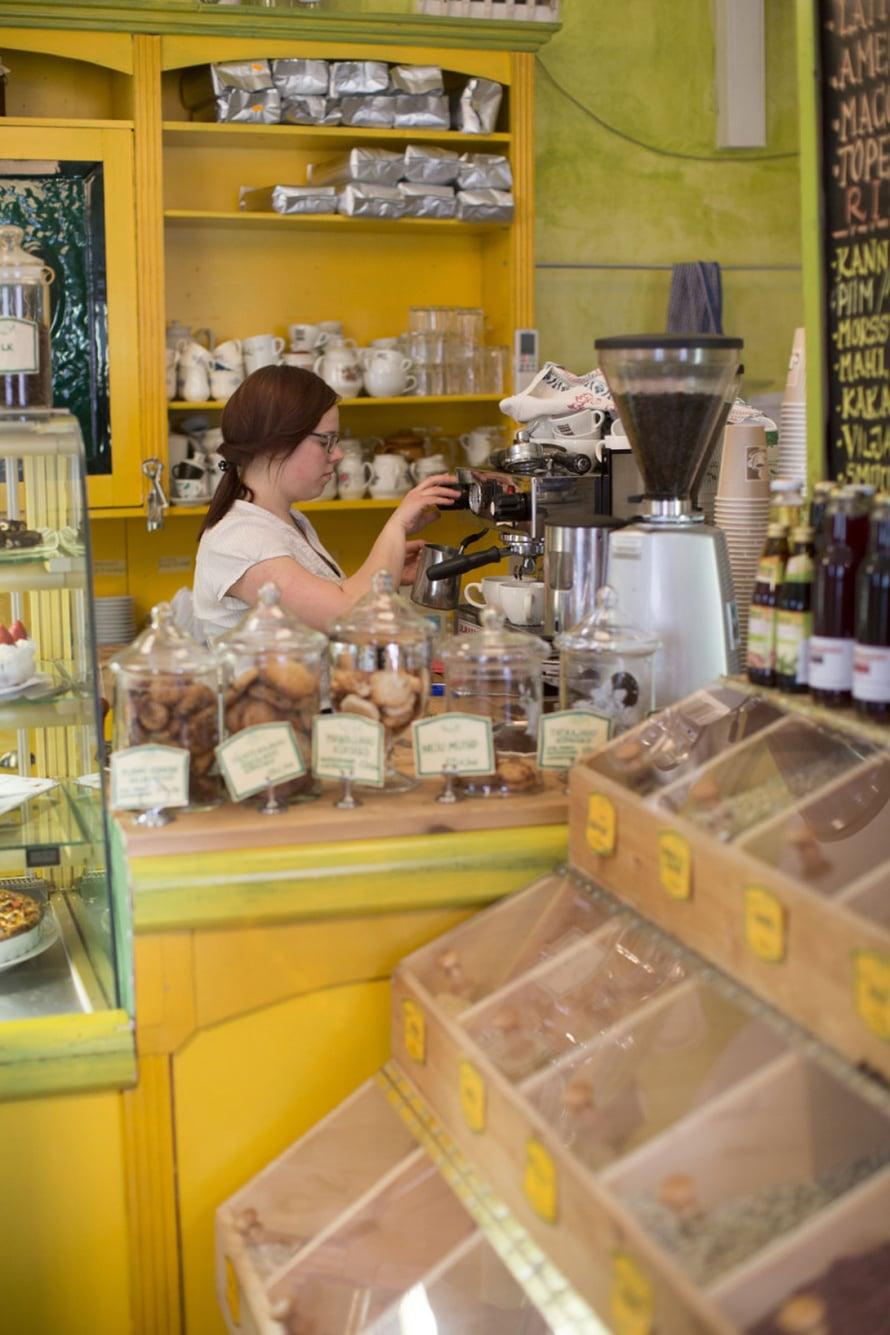 Kahvilan yhteydessä on pieni luomuruokakauppa.