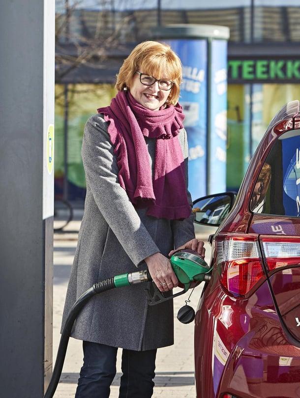 – Pieni hybridi on kätevä kaupunki ajossa, Sinikka  Klemettilä sanoo.