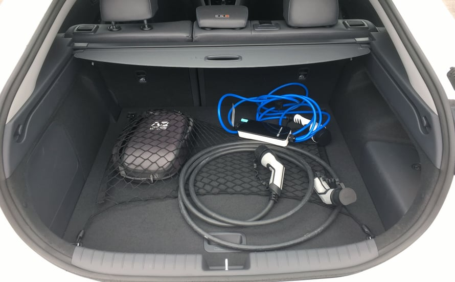 Latausjohdot vievät tilaa Hyundai Ioniqin takakontista.