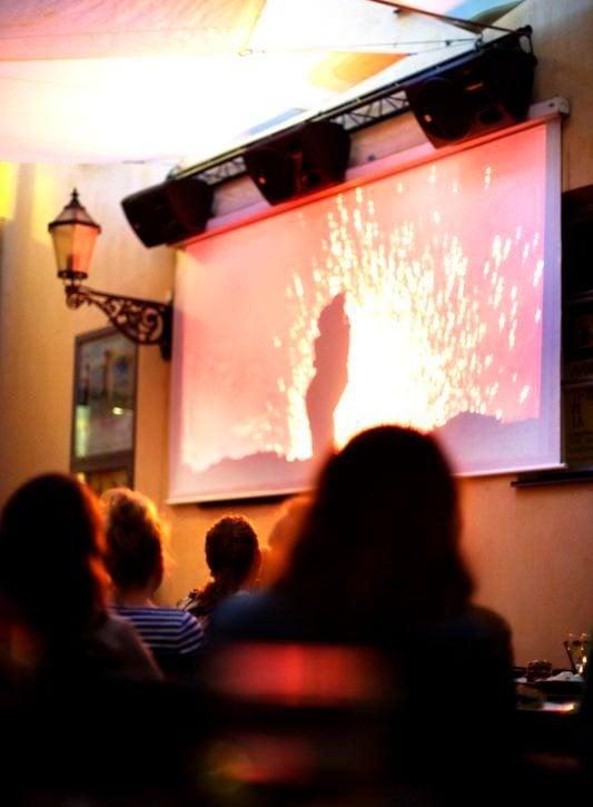 Kino Engelin KesäKinossa leffa katsotaan ulkona.
