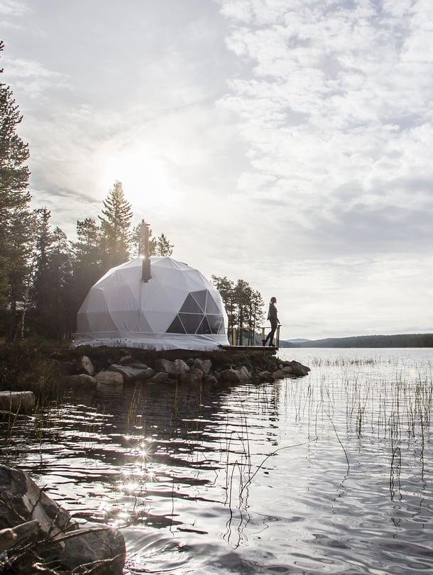 Luonnon tuoksut tulvivat luksusteltan laiturille Muoniossa, Torassieppi-järven rannalla.