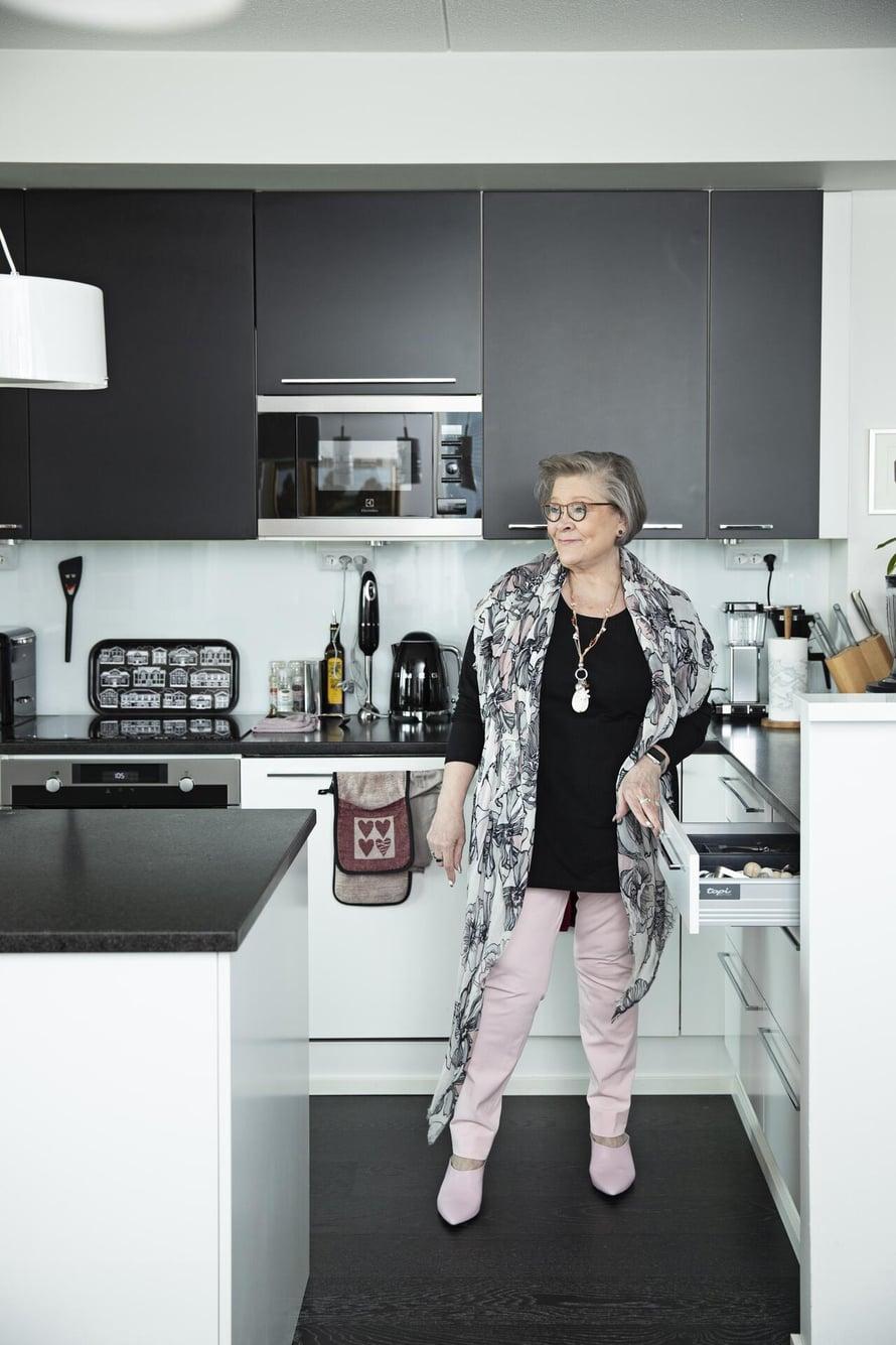 Ann halusi eläkekotiinsa kunnon keittiön ja ruokapöydän, johon mahtuu suurempikin seurue.