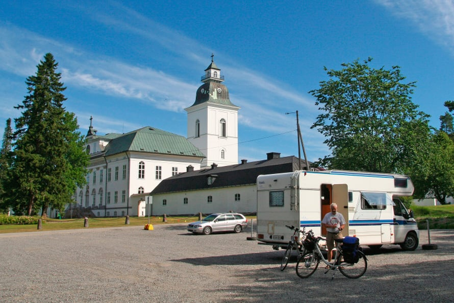 Ajoimme Helsingistä Vaasaan ja jätimme automme parkkiin Mustasaaren kirkon pihalle. Jatkoimme pyörillä eteenpäin.