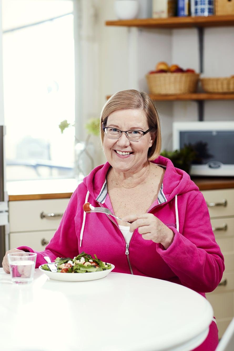 Iltapäivällä syöty välipala auttaa keventämään iltasyömistä.