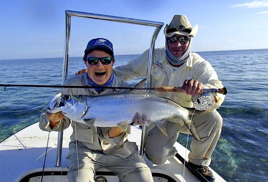 Kuubassa Hissu hullantui tarpooneista. Taustalla kalastusopas Juan Carlo.