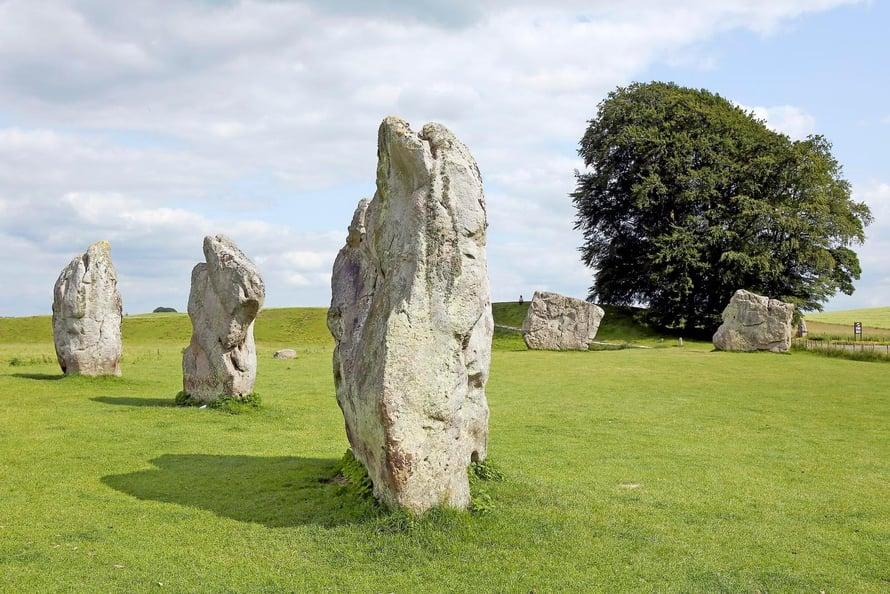 Aveburyn kylää ympäröi yli 4000 vuotta vanha salaperäinen kivikehä.