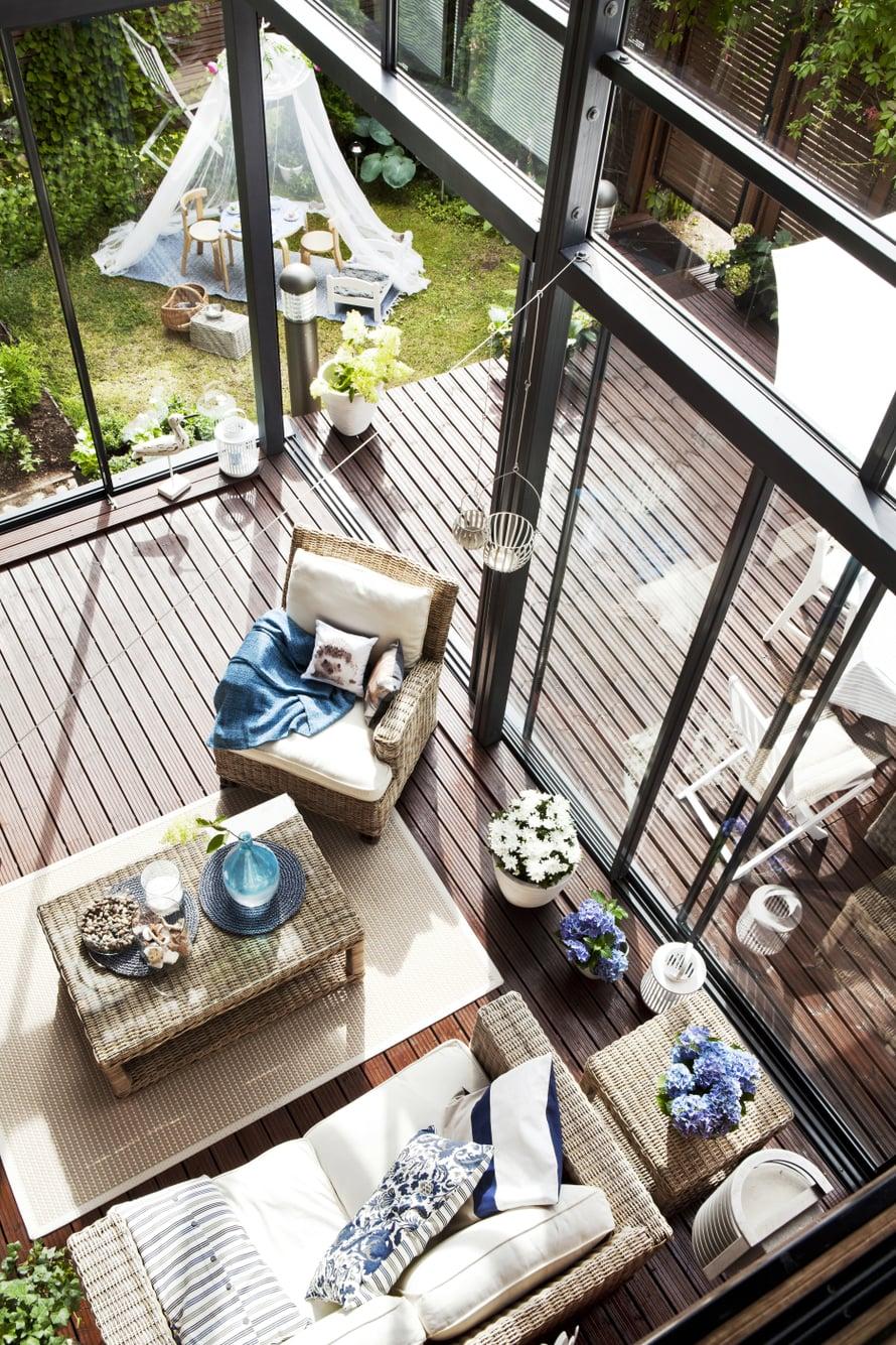 Näkymä terassille ja pihalle yläkerran parvekkeelta.