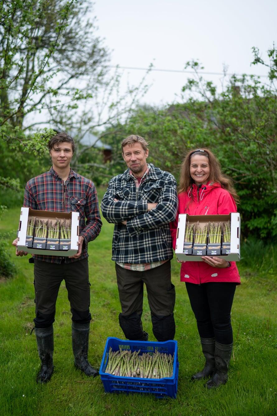 Nikolai, Tage ja Virpi Karlsson viljelevät parsaa.