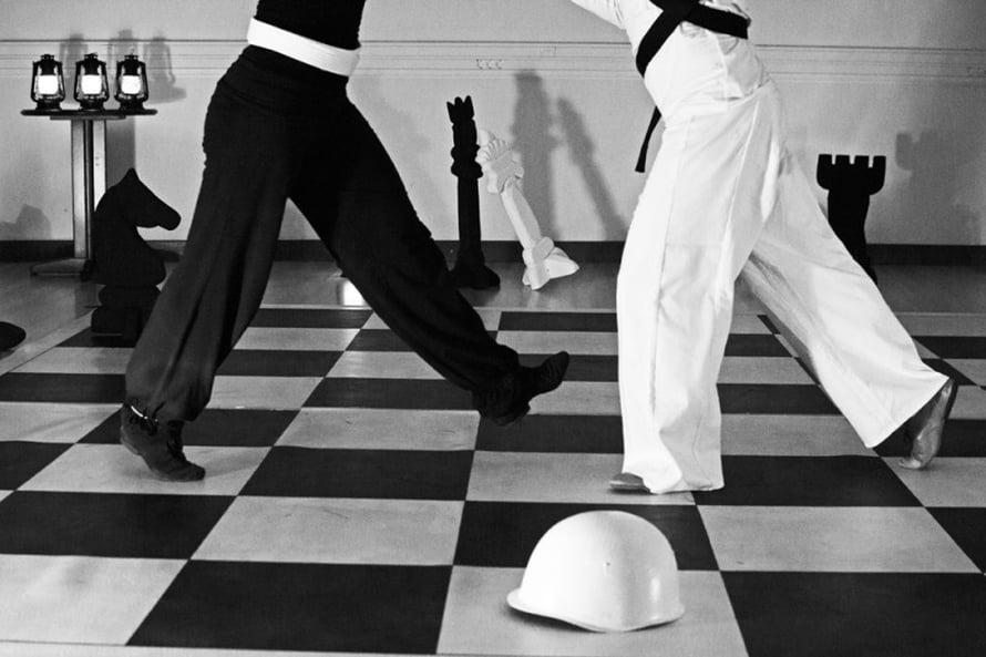 Tangoteatteri Kiukkaraiselta tapahtumassa nähdään pelaamisen tematiikkaa, kumppanuutta ja sääntöjä käsittelevä teos Chess Piece.
