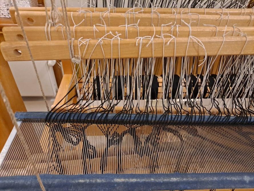 Loimi on pistelty pirtaan. Tämän jälkeen pirta nostetaan oikeaan asentoonsa pystyyn ja kiinnitetään luhaan.