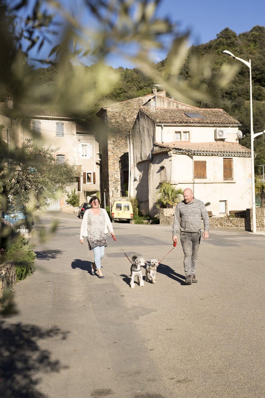 Karlssonit ulkoiluttavat koiriaan Saint-Nazaire-de-Ladarezin raitilla.
