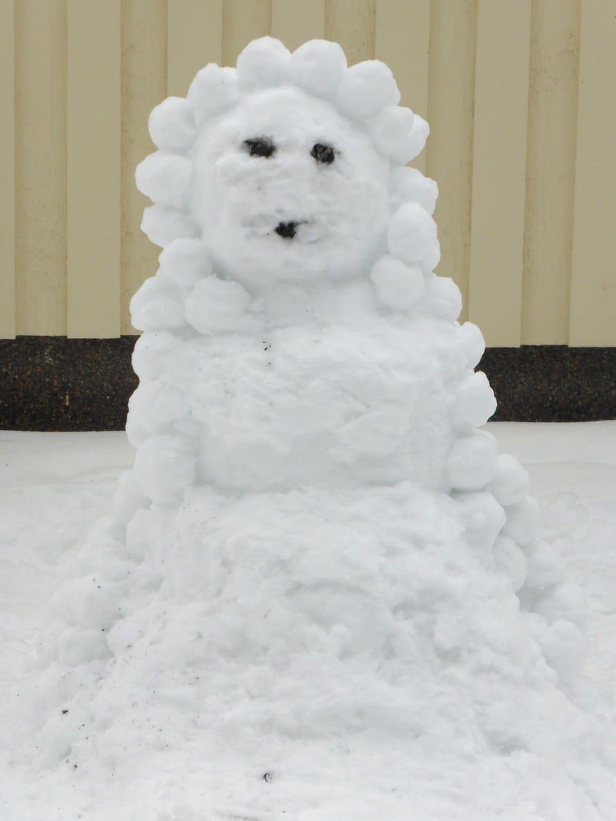 Lumesta voi tehdä myös lumiakan.