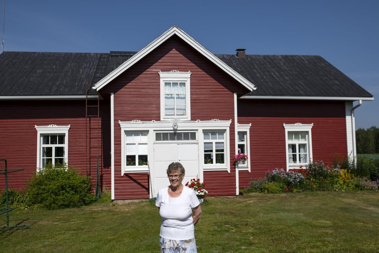 """Aila Jaara on asunut koko elämänsä samassa paikassa. Miehen kuoltua hän asu isossa talossa nykyään yksin. """"Olen tällainen yhden talon emäntä"""", Aira sanoo."""