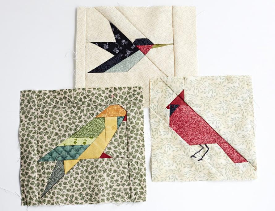 Ulla tekee paperitekniikalla eli pienistä palasista lahjaa äidilleen 80-vuotispäiviksi. - Äiti syöttää mielellään lintuja. Ehkä tästä tulee tyyny.