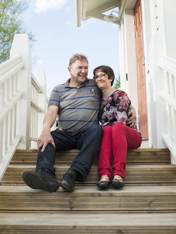 Puheliaat majatalonpitäjät. Pekka ja Marjatta uskovat, että kun ihmisille puhuu, saa kuulla mielenkiintoisia tarinoita.