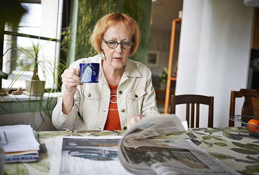 Työpäivän jälkeen Kaisa ehtii lukemaan päivän lehdet.