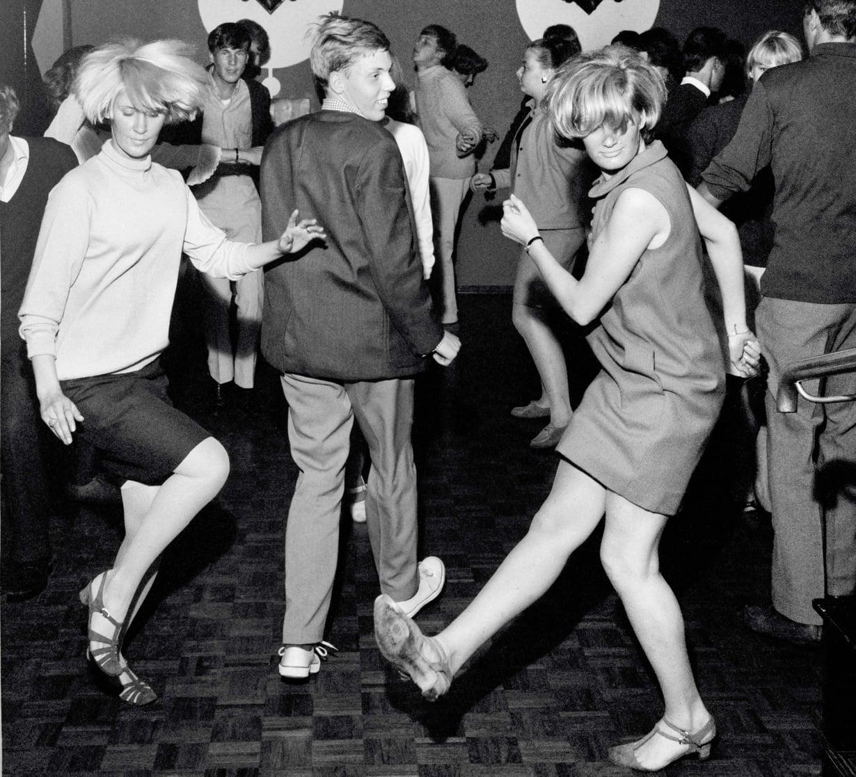 Suomen go-go-mestarit Aila Vaittinen ja Pia Tennberg pistävät parastaan television Nuorten tanssihetki -musiikkiohjelmassa syksyllä 1966.