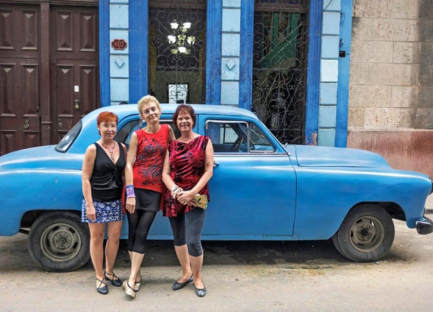 Mirja, Kersti ja Outi nauttivat Centro Habanan tunnelmasta ja vanhoista amerikanraudoista.