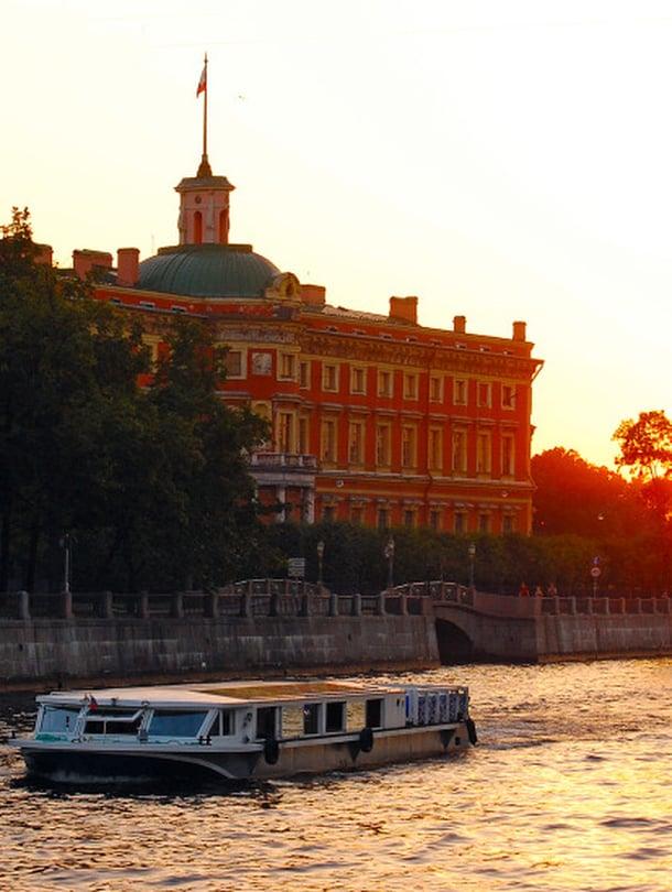 Insinöörilinna Neva varrella on Pietarin maamerkkejä.