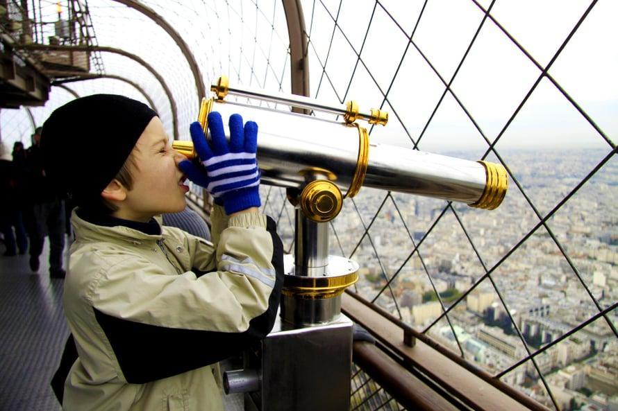 Olavi tutkii kaupunkia Eiffel-tornista.