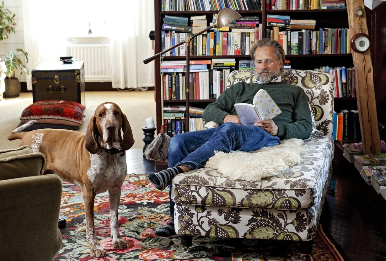 Hans Lindemarkin ja hänen vaimonsa ahvenanmaalaisesta kesämökistä tuli koti, sitten majatalo. Yläkerran kirjasto on osa Lindmarkien yksityistiloja. Hans on suunnitellut ja rakentanut hyllyt itse.
