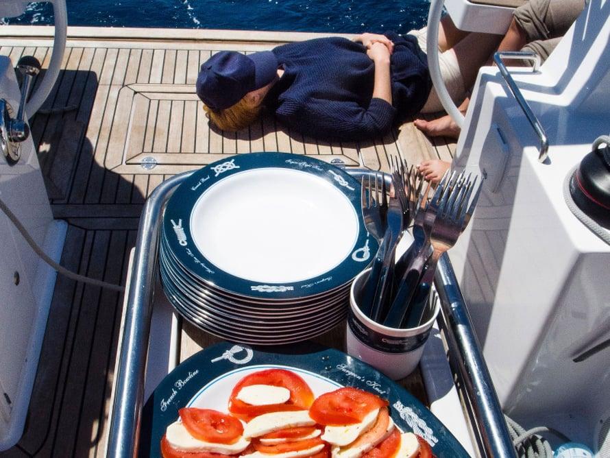 Merellä maistuu ruoka ja uni. Välipalaksi supermakeita tomaatteja ja kutunjuustoa.