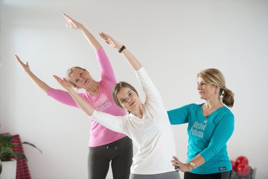 Anna Yli-Kyyny iloitsee löydettyään metodin, joka parantaa kehontuntemusta. Annan ohjattavina ovat Elina Ylppö (takana) ja Helka Riihimäki.