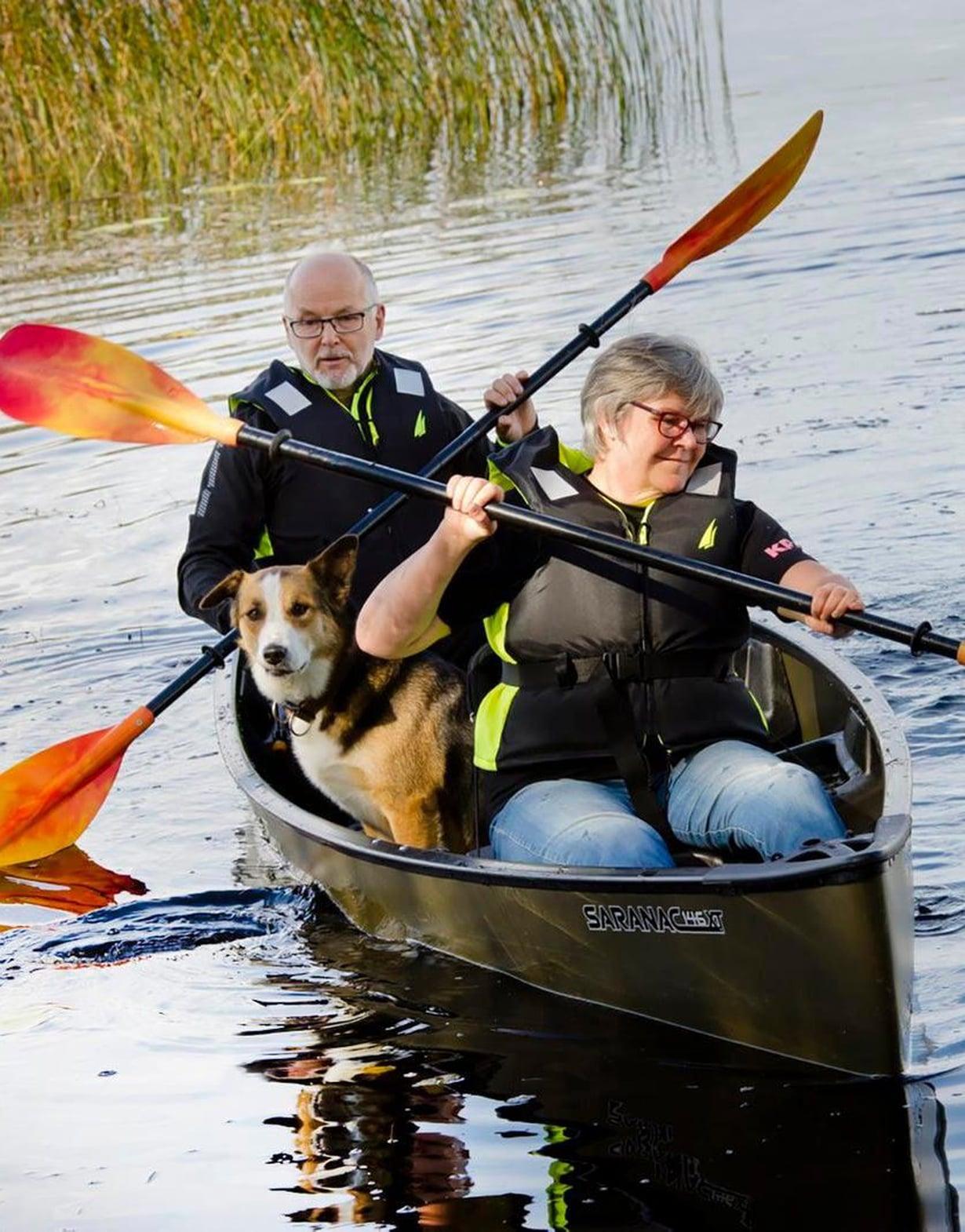Henrik ja Ulla-Beth tietävät metsäluonnon hyvää tekevän voiman. Niin Nando-koirakin.
