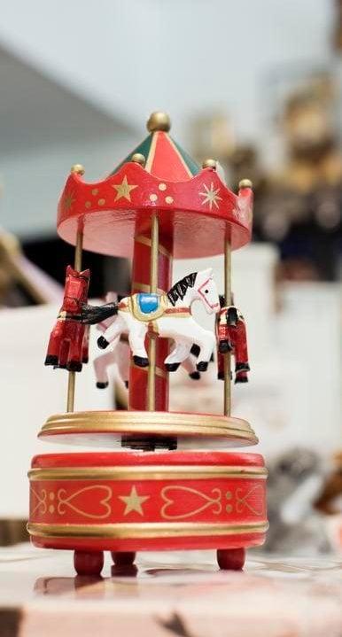 Anni ja Aleksi -kaupan punainen karuselli soittelee Ravelin Boleroa.