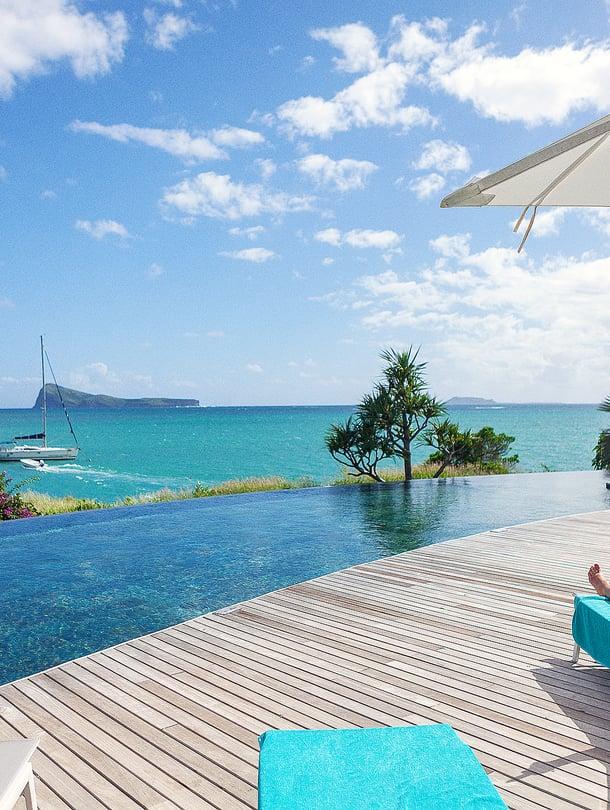 Oaradise Cove -hotellin uima-altaalta on rentouttava näköala Intian valtamerelle.